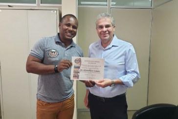 Entrega do Certificado ao Juiz da 4º Vara Criminal de Aparecida de Goiânia